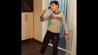 Мальчик читает стихи с нужной интонацией