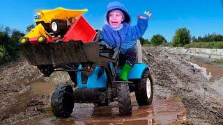 Малыш на тракторе спасаясь от дождя застрял в грязи и потерял свои машинки
