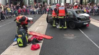 Désincarcération d'une victime dans un véhicule par les sapeurs-pompiers de Paris
