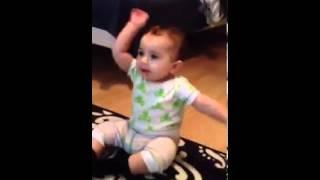 可愛嬰兒也想跳騎馬舞 太可愛了