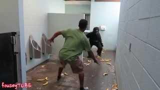 Розыгрыш! Горилла в туалете   ESCAPED GORILLA BATHROOM PRANK!