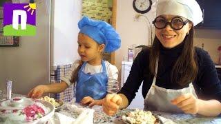 Поварята играют на кухне и готовят фруктовый салат | Поляковы