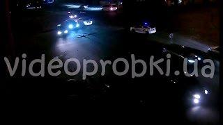 Микроавтобус со спецсигналами протаранил такси и скрылся