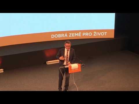Nebuzerujme lidi, nezakazujme kouření, prohlásil nový lídr ČSSD Lubomír Zaorálek