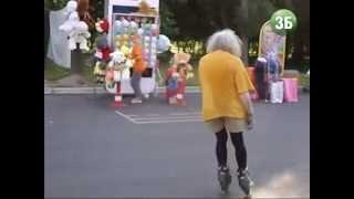 Дедушка в колготках катается на роликах по ВДНХ