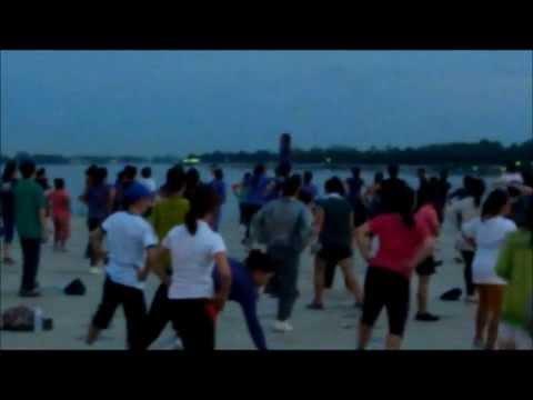 夕方になるとメコン川沿いで踊りだすラオス人。