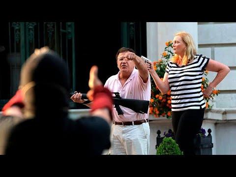 شاهد: رجل وزوجته يشهران أسلحتهم بوجه المتظاهرين في سانت لويس ألأمريكية…  - 19:58-2020 / 6 / 29