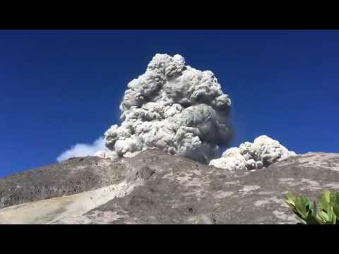 Detik-detik Gunung Merapi Mengeluarkan Asap Putih Tebal (2)