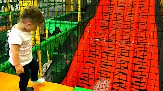 Indoor Playground Family Fun / Videos For Kids / Area de Juego para los Niños/