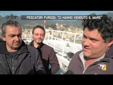 """Pescatori furiosi: """"Ci hanno venduto il mare"""""""