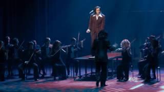 """""""Kapellimestari Ivan Pasternak (Unto Nuora) johtaa Sopotin laulukilpailujen orkesteria"""""""