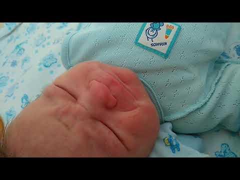 Новорожденный ребенок. 11 часов после рождения