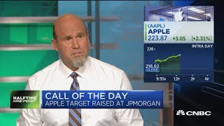 Gambar cover Apple's stock rises after J.P. Morgan boosts price target