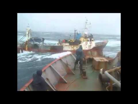 Barco a la deriva en medio de un temporal (Via @DjMatiiRozas )