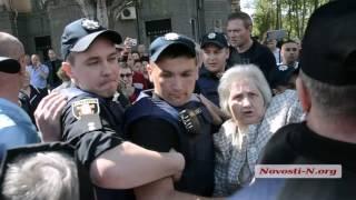 """Видео """"Новости-N"""": В Николаеве активисты напали на бабушку с георгиевской лентой"""