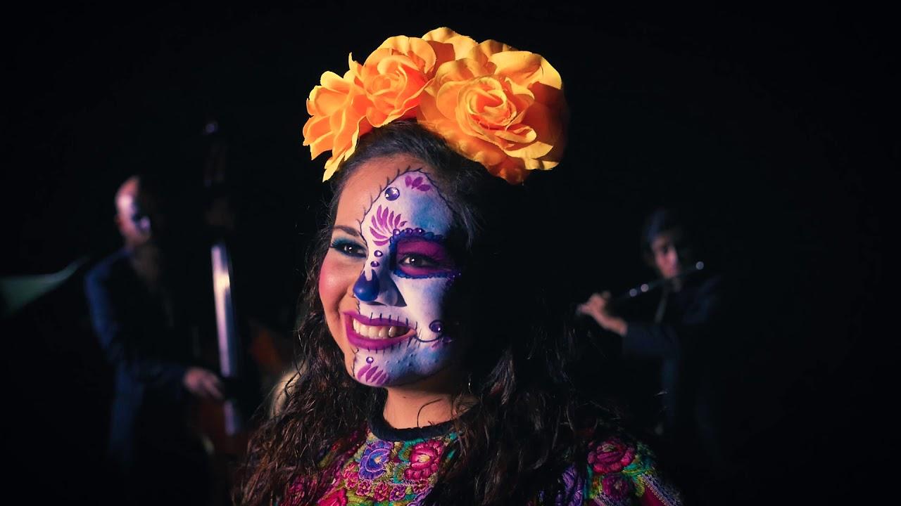 Núvols baixos amenaçadors que només poden deixar caure alguna gota despistada i el sol il·luminarà el dia a estones. Després de moltes recerques, hem trobat un duo anomenat Soprani Duo que fa present la bellesa del bel canto i l'alegria del folklore mexicà, que en conjunt, creen un àlbum de fotografies sonores que remunten al record de la riquesa melòdica i el lirisme dels que han estat símbols de Mèxic. I com avui us recomanem que vegis la lluna plena que sortirà a les 19:05 d'aquesta tarda, perquè serà preciosa, la cançó no podia ser més oportuna ... deixa que surti la lluna! Nota: el maquillatge que porten és perquè la van cantar el dia 1 de novembre, dia dels Morts en aquest país, dia de Tots Sants per a nosaltres.