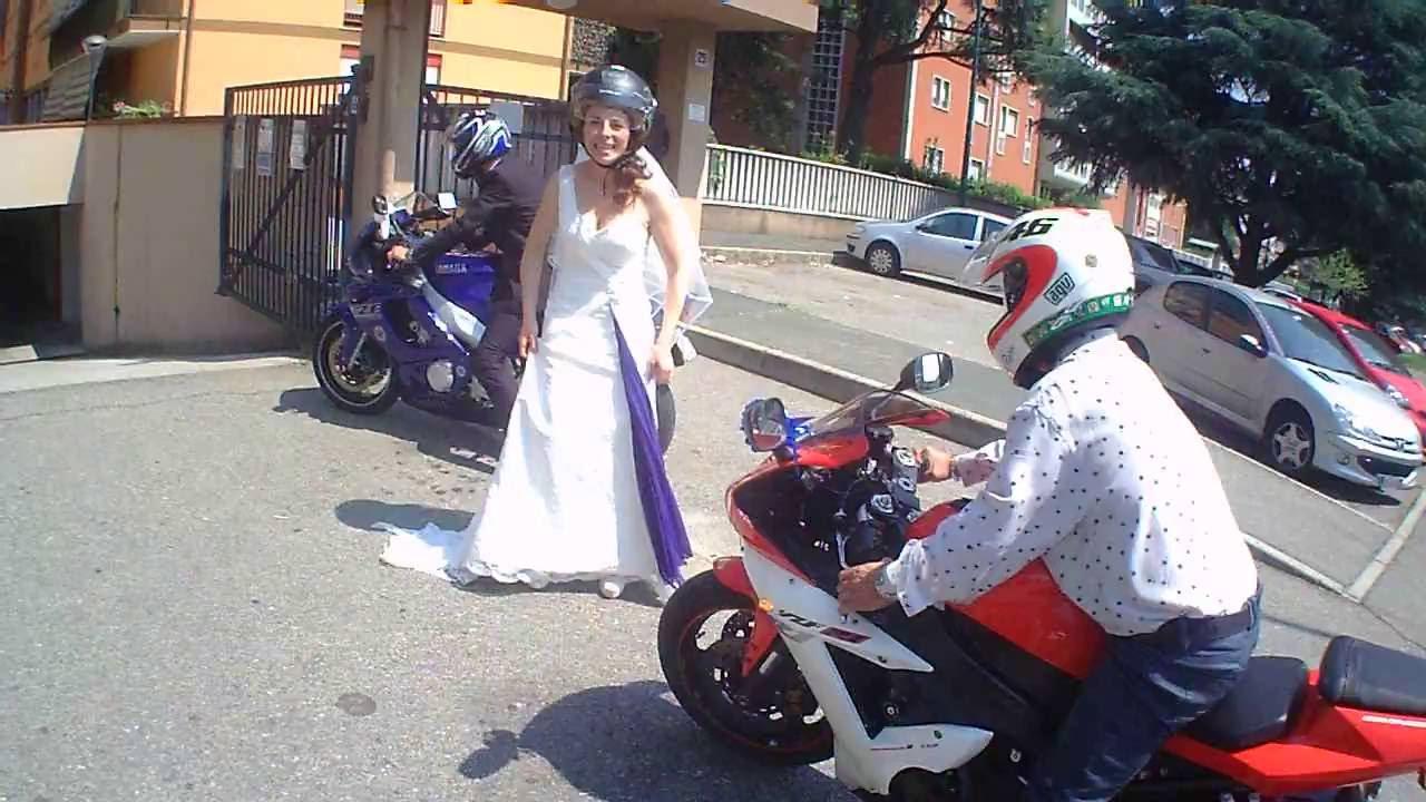 Matrimonio Tema Moto : Matrimonio ste usciti dalla chiesa verso casa in moto