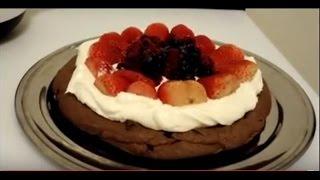 Pavlova de chocolate com morangos