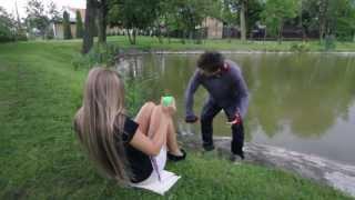 Pes Čeněk skáče do rybníku...