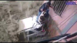 Peligrosas inundaciones por lluvia arrastran carros en Petare