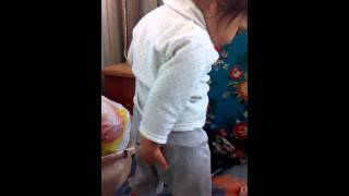 Малыш танцует Тверк Скачать в HD