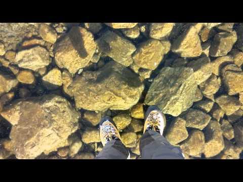 Laufen auf einem glasklarem, vereisten See