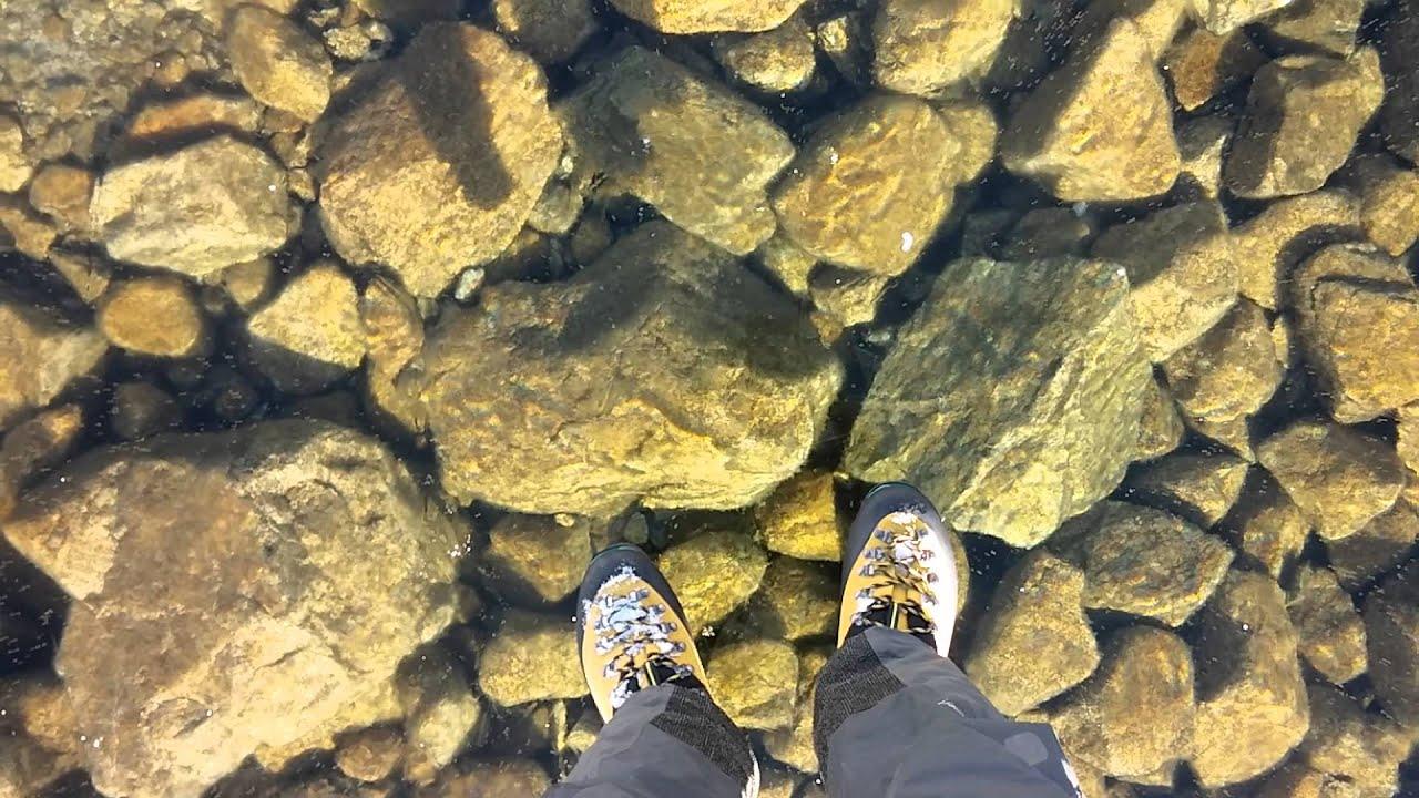 Marcher sur de la glace transparente