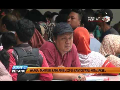 Warga Antre Berjam-jam demi Ambil Kartu Jakarta Pintar