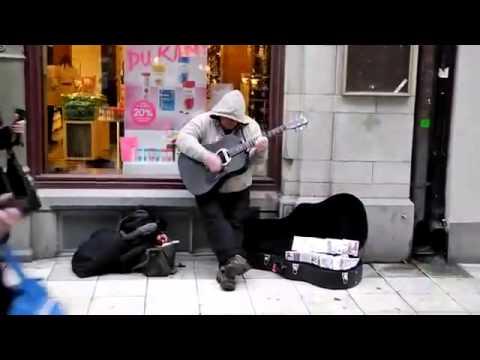 Этот уличный музыкант