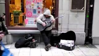 Этот уличный музыкант прекрасно играет на гитаре и просто красиво поет