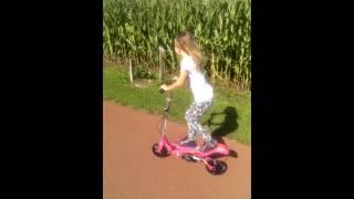 Emma op haar roze spacescooter
