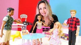 Barbie Özge'nin kafesinde röportaj yapıyor. Kız videoları