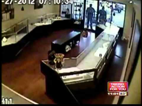 Men pose as cops and try to rob jewelry store