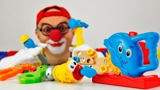 Развивающее видео с игрушками. Веселые игры Клоуна Димы с инструментами.