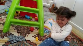 Ayşe Ebrar ve Asel Oyuncak Tren Setini Paylaşamıyorlar | Oyuncu Bebe TV | For Kids Video