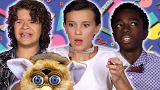 """As Crianças de """"Stranger Things"""" Testam Brinquedos Retrô - @BuzzFeedBrasil"""