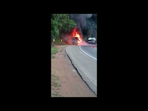 Caminhão pega fogo e interdita BR 101