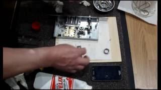 видео Как отремонтировать замок межкомнатной двери
