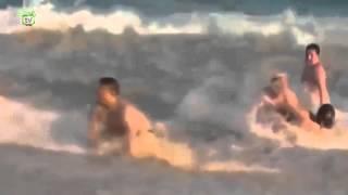 Deniz dalgası şişman bayanla dalga geçiyor