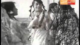 فتيات  صغيرات  يلعبن على رمال شاطي الخليج العربي