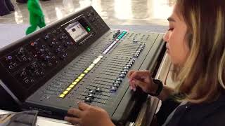 Mixer Digital teknisi cewe cantik