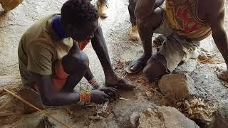 Репортажи из племени охотников-собирателей Хадзабе. Разжигаем огонь.