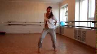 Девушка круто танцует :)