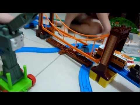 Thomas 湯瑪士載貨經過驚險吊橋