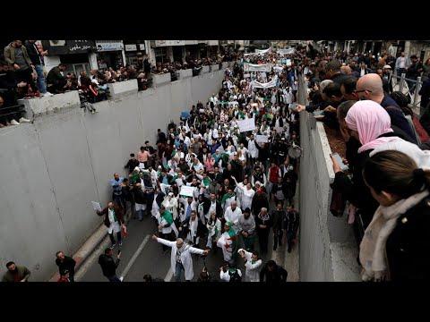 طلاب وموظفو قطاع الصحة يتظاهرون في الجزائر ضد بقاء بوتفليقة في الحكم  - 15:55-2019 / 3 / 19