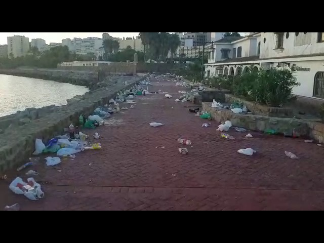 El Poblado amanece como un vertedero por los 'botellones' de Feria