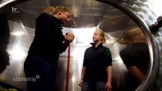 Tobi klettert in das Weinfass von Charlotte Freiberger in Heppenheim