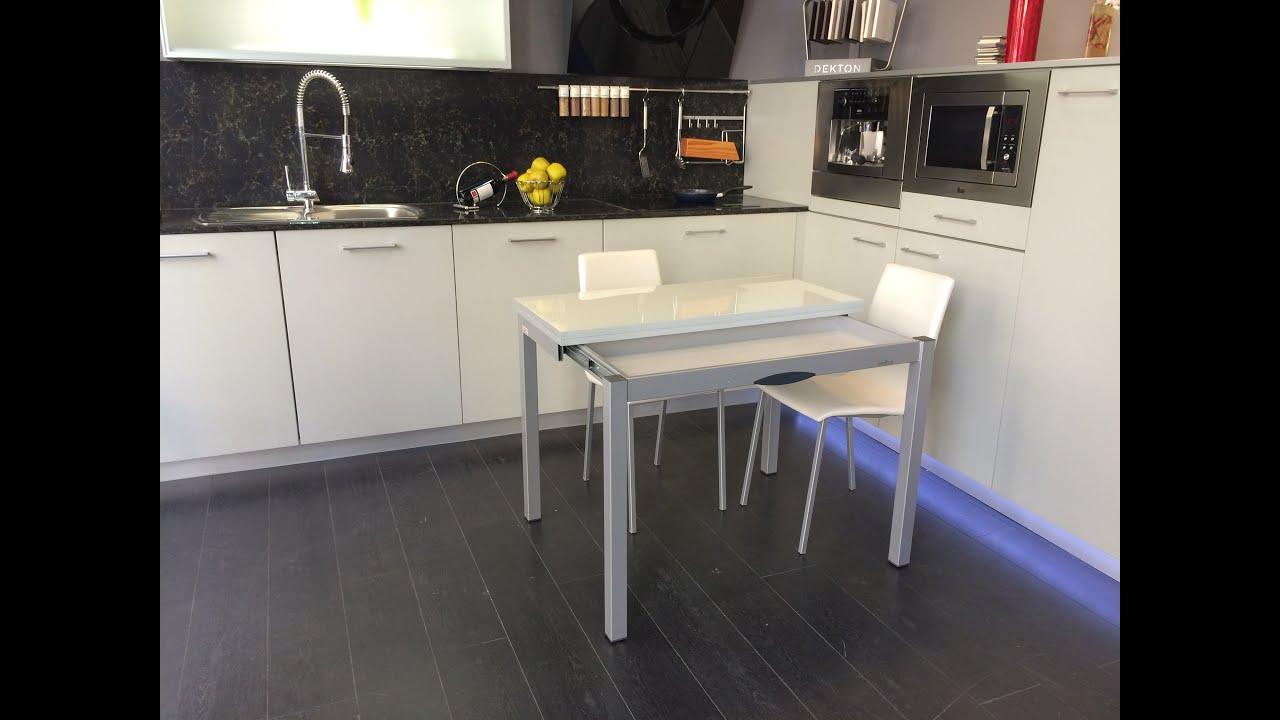Mesa cocina extenible delibro encimera cristal cancio for Mesas para cocinas estrechas