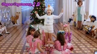 """Веселый танец снеговика Олофа и цветов """"Лето"""" на новогоднем утреннике"""