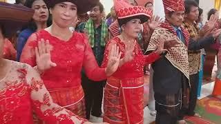 Pengantin perempuan keturunan China menyanyi lagu Karo